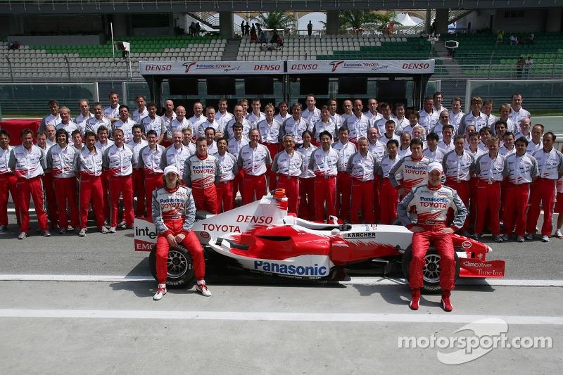 Sesión de fotos Toyota: Jarno Trulli y Ralf Schumacher posan con el equipo Toyota