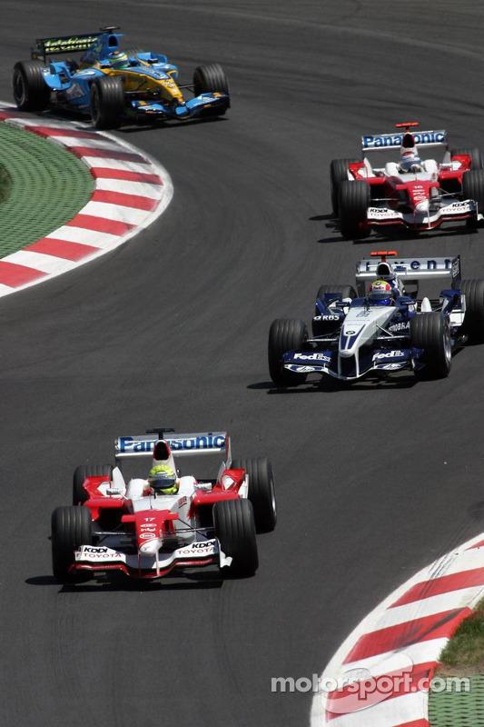 Ralf Schumacher leads a pack of cars