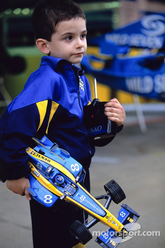 A young fan of Fernando Alonso
