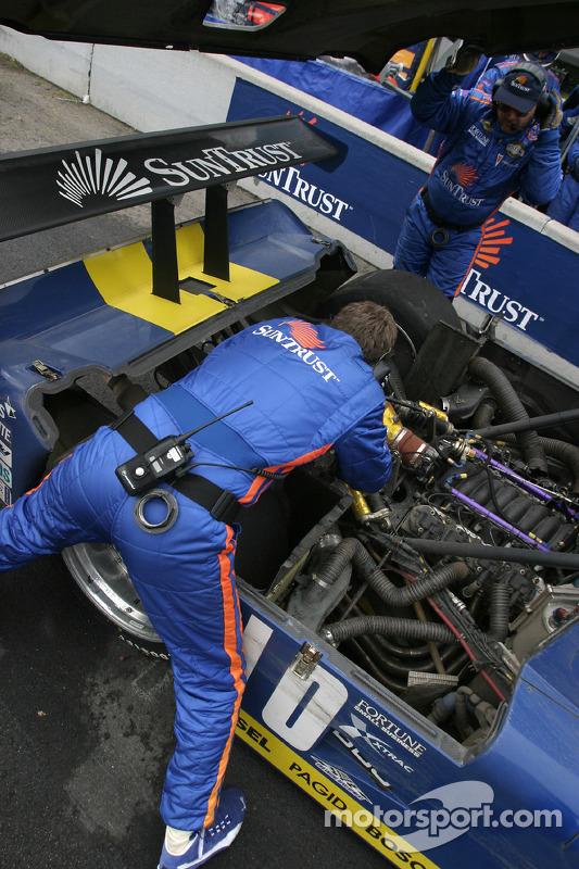 Arrêt aux stands pour la #10 SunTrust Racing Pontiac Riley: Wayne Taylor, Max Angelelli