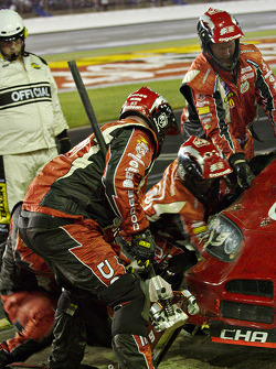 Kasey Kahne's team fixes right wheel damage