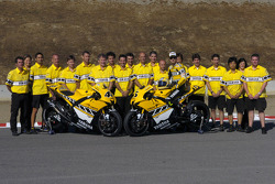 Colin Edwards and Valentino Rossi pose with Yamaha Gauloises Team members