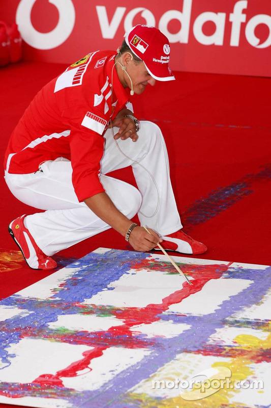 Evento de Vodafone en Hockenheim Talhaus: Michael Schumacher signs his artwork