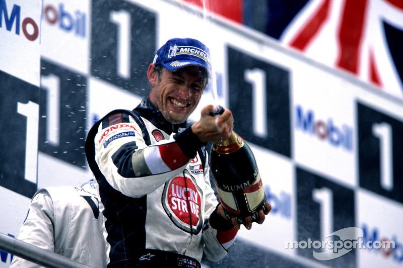 Podio: champagne para Jenson Button