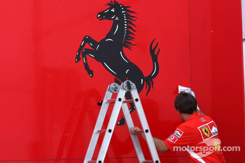 Miembro del equipo de Ferrari limpia los trailers