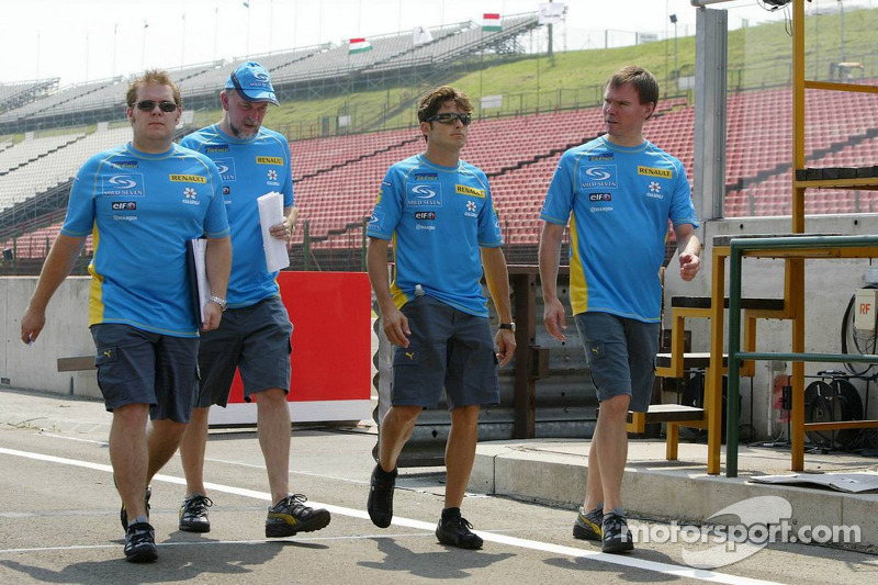 Giancarlo Fisichella back from a track walk with Renault F1 team members