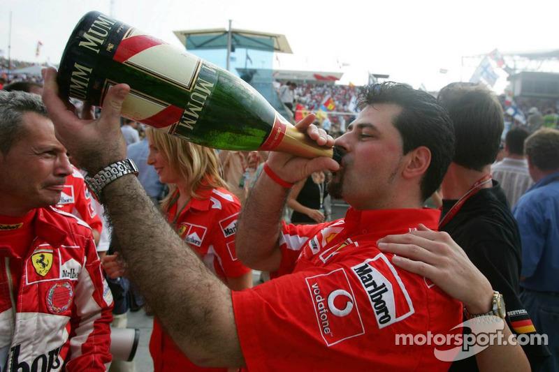 Los miembros del equipo Ferrari disfrutan de champagne