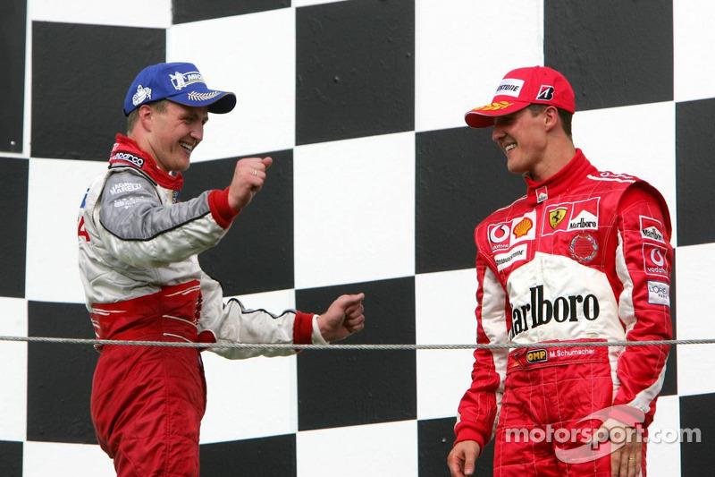 Podio: Ralf Schumacher y Michael Schumacher