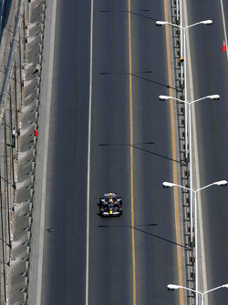 David Coulthard, Red Bull Racing otomobil across Bosphorus Bridge