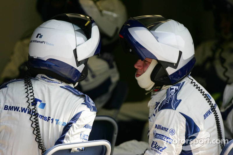 Los miembros del equipo Williams esperan hasta la siguiente parada en boxes