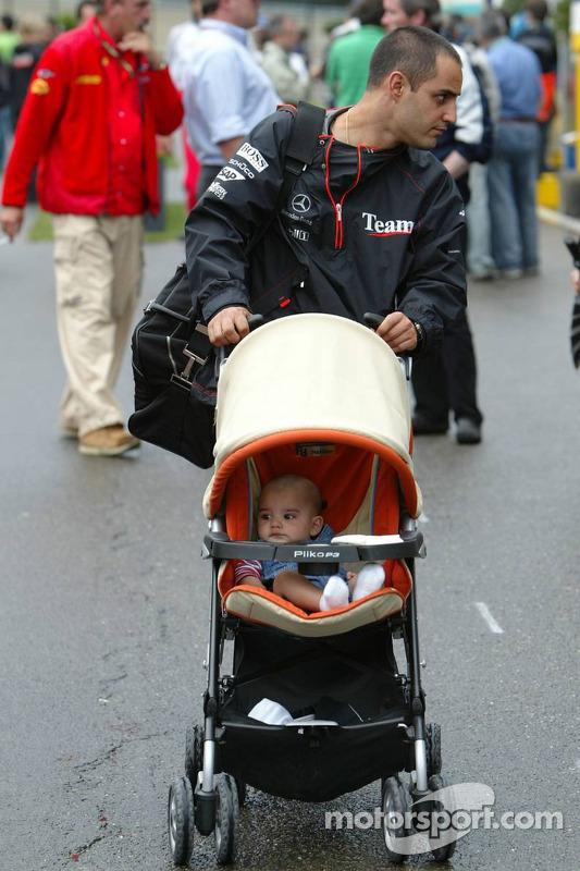 Juan Pablo Montoya con su esposa Connie y su niño Sebastien