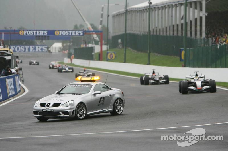 Coche de seguridad hacia fuera después del accidente de Giancarlo Fisichella