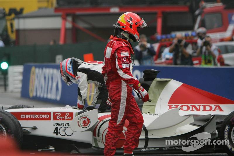 Michael Schumacher y Takuma Sato después de su accidente