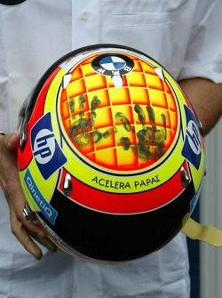Antonio Pizzonia shows his helmet with the print of the hands of his daughter