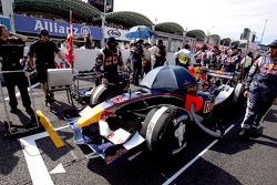 Miembros del equipo Red Bull Racing en la parrilla de salida