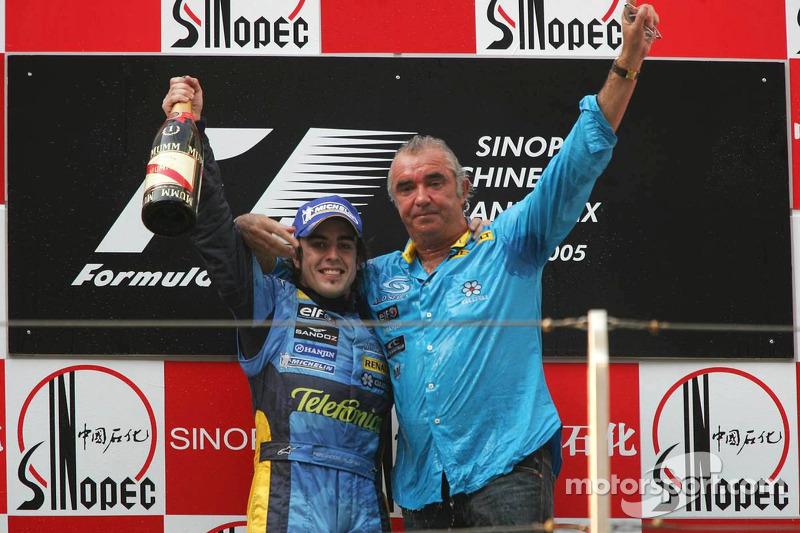 Podio: ganador de la carrera Fernando Alonso celebra con Flavio Briatore