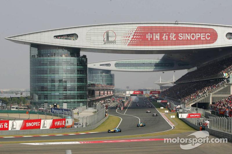 Fernando Alonso conduce el campo el ritmo vuelta