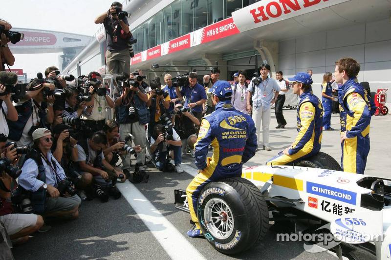 Sesión de fotos de BAR Honda: Jenson Button y Takuma Sato y Anthony Davidson posan con los miembros