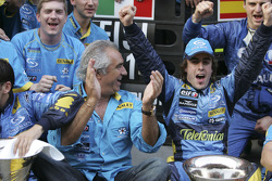 Flavio Briatore and Fernando Alonso celebrate with Renault F1 team members