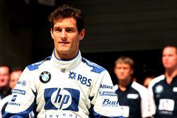Williams-BMW photoshoot: Mark Webber, Antonio Pizzonia and Nico Rosberg pose with Williams team members