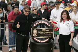 Una placa conmemorativa para Adrian Fernández