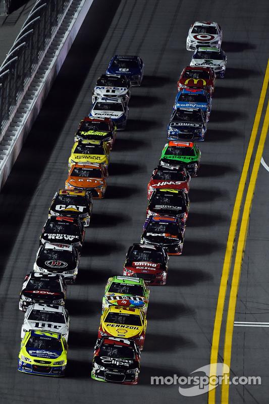 Paul Menard, Richard Childress Racing Chevrolet and Kasey Kahne, Hendrick Motorsports Chevrolet lead