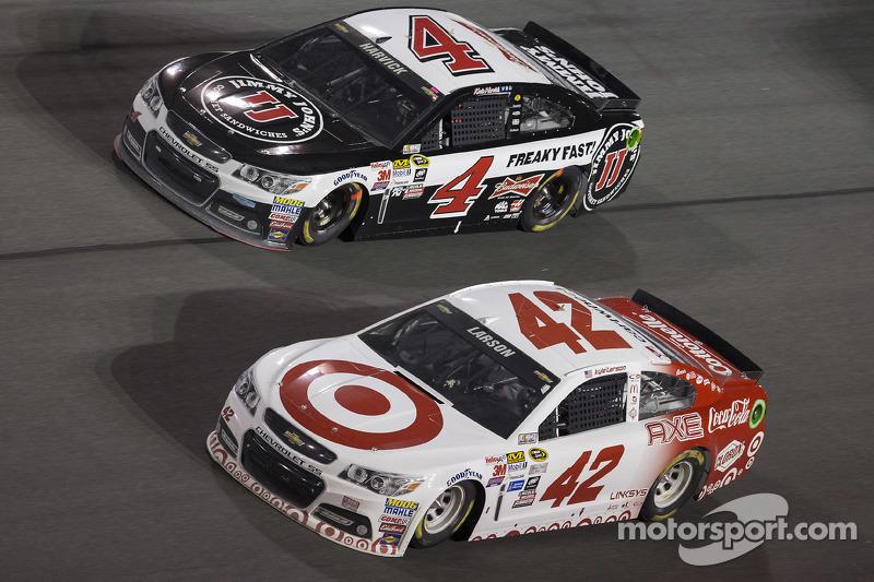 Kyle Larson, Ganassi Racing, Chevrolet, und Kevin Harvick, Stewart-Haas Racing, Chevrolet