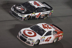 Kyle Larson, Ganassi Racing Chevrolet, Kevin Harvick, Stewart-Haas Racing Chevrolet