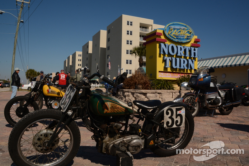 Ausstellung alter Motorräder vor dem Restaurant