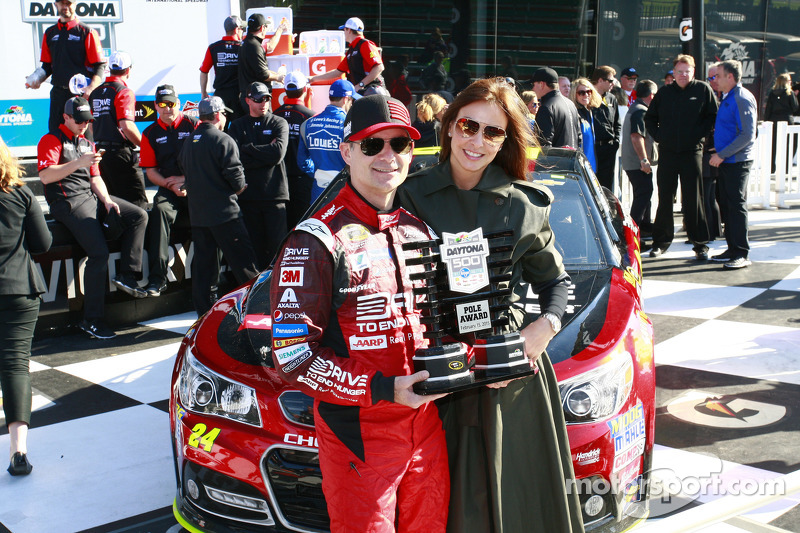 Polesitter Jeff Gordon, Hendrick Motorsports Chevrolet with wife Ingrid Vandebosch