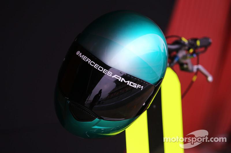 Mercedes AMG F1 механік шолом