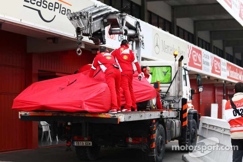 Der Ferrari SF15-T von Sebastian Vettel, Ferrari, wird per Lastwagen zurück in die Box gebracht