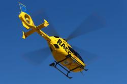 Fernando Alonso, McLaren, es transportado en helicóptero