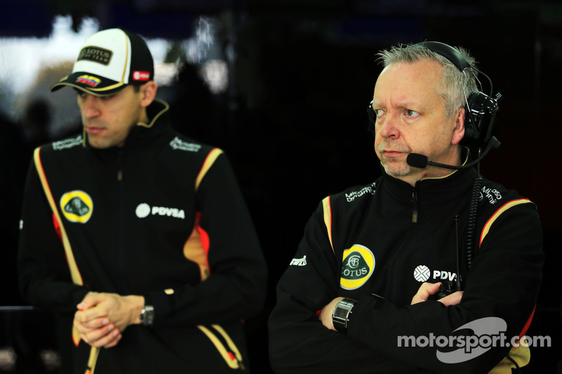 (Von links nach rechts): Pastor Maldonado, Lotus F1 Team, mit Paul Seaby, Lotus F1 Team