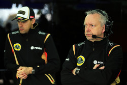 (E para D): Pastor Maldonado, Lotus F1 Team com Paul Seaby, Lotus F1 Team
