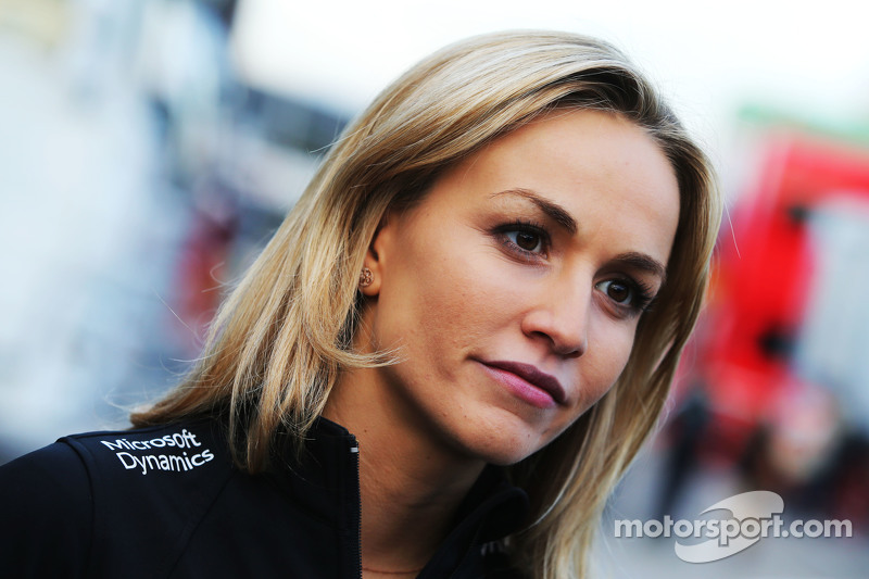 Carmen Jorda, pilota collaudatrice della Lotus F1 Team con i media
