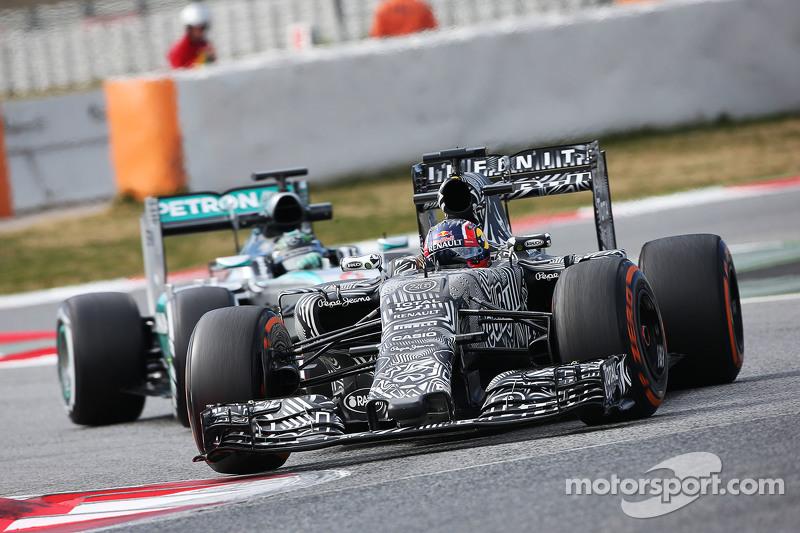 Daniil Kvyat, Red Bull Racing RB11, vor Nico Rosberg, Mercedes AMG F1 W06
