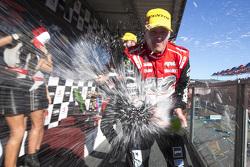 الفائز بالسباق، جايمس كورتني، هولدن ريسينغ، يحتفل