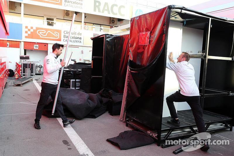 McLaren packt zusammen am Ende der Testfahrten