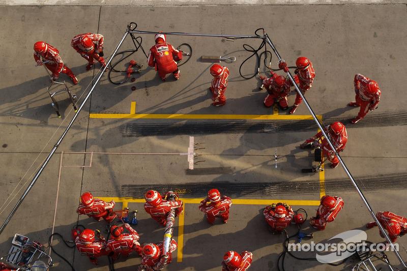 Miembros del equipo Ferrari listos para una parada en boxes
