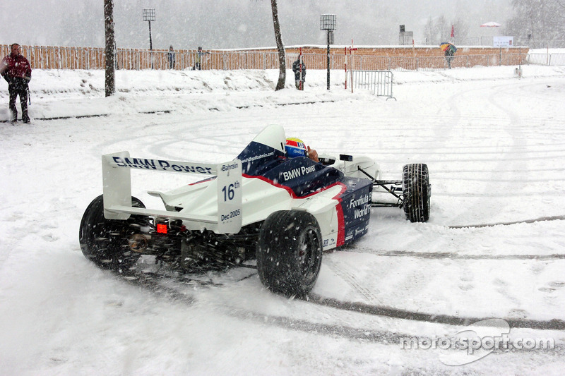 Марк Веббер, гонщик 2005 року команди BMW Williams F1, керує Formula BMW в снігу
