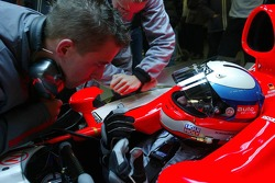 Christijan Albers parle avec Markus Winkelhock