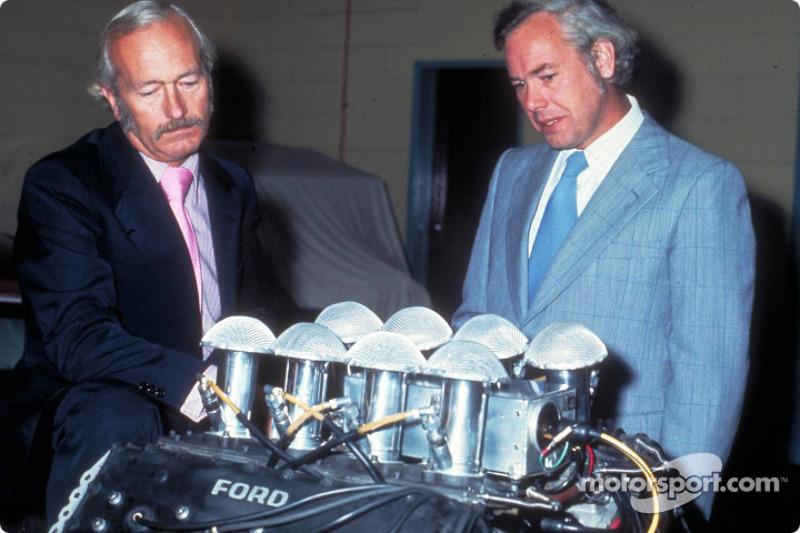 Colin Chapman et Keith Duckworth avec le 200e moteur Ford Cosworth DFT
