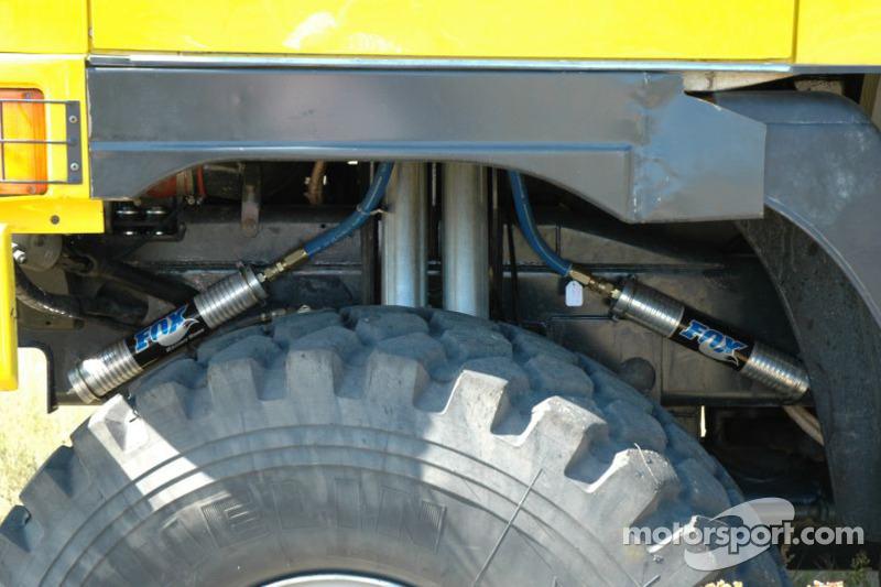 Equipe Loprais Tatra: détail de la suspension avant de la Tatra Dakar 2006 4x4
