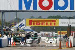 Arrêt au stand pour la #2 ADT Champion Racing Audi R8: Frank Biela, Emanuele Pirro, Allan McNish et #1 ADT Champion Racing Audi R8: JJ Lehto, Marco Werner, Tom Kristensen