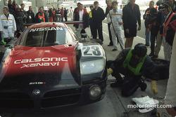 Arrêt au stand pour #23 Nissan Motorports Nissan R390: Kazuyoshi Hoshino, Erik Comas, Masahiko Kageyama