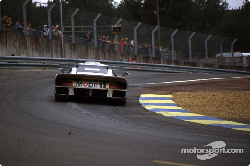 #26 Porsche AG Porsche 911 GT1: Emmanuel Collard, Yannick Dalmas, Ralf Kelleners