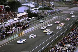 Start: #2 Rothmans Porsche 962C: Derek Bell, Hans Stuck leads the field