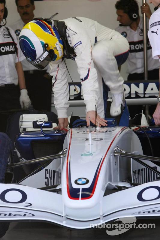 Nick Heidfeld monte à bord de la BMW Sauber F1.06