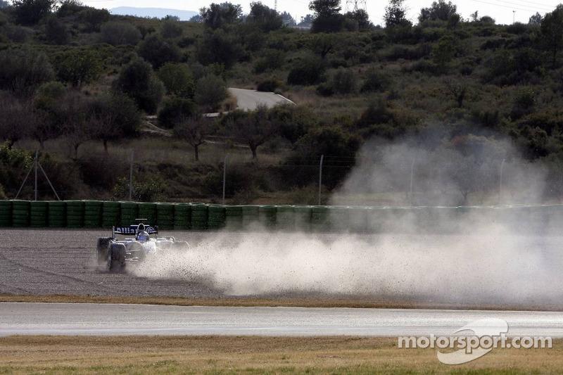 Nico Rosberg spins and crashes